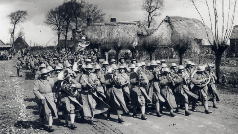 Desfile numa localidade em França depois da vitória ARNALDO GARCEZ.LIGA DOS COMBATENTES.idn-nacao-e-defesa-call-for-papers-sobre-portugal-na-i-guerra-mundial