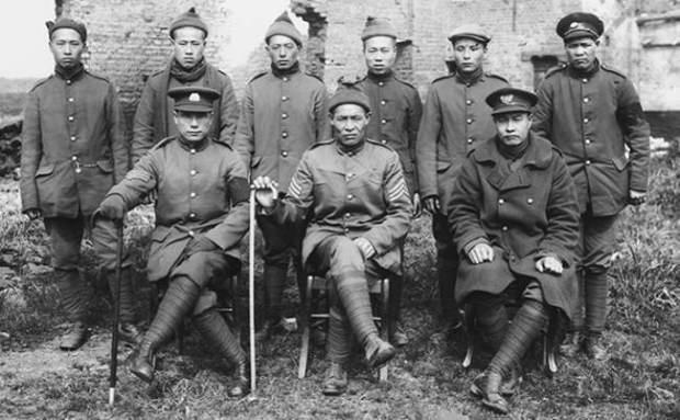 Flanders Fields Museum. Membros da Corporação de Trabalhadores Chineses junto a uma casa em ruínas.