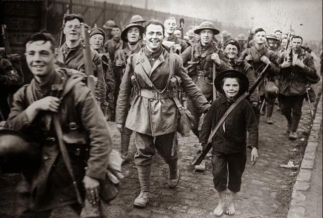 soldados britânicos entram em Lylle, França, em outubro de 1918