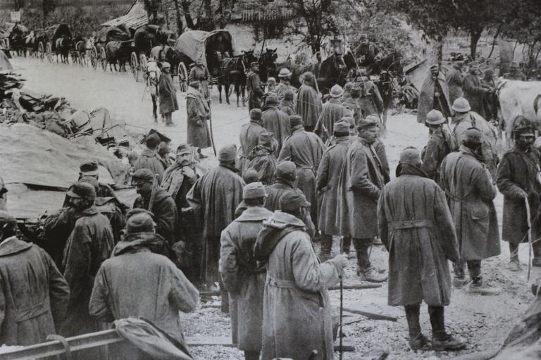 Tropas italianas na estrada Udine-Codroipo durante a batalha de Caporetto.