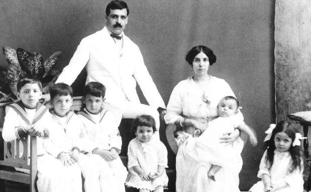 Aristides de Sousa Mendes com mulher e seus primeiros seis filhos. 1917.